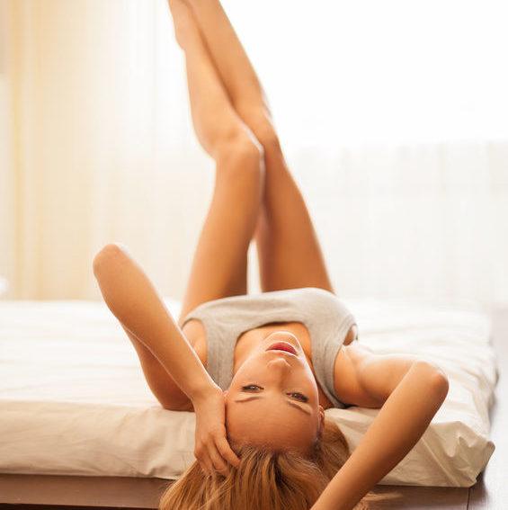 Vaginální mapování - žena leží na zádech na posteli